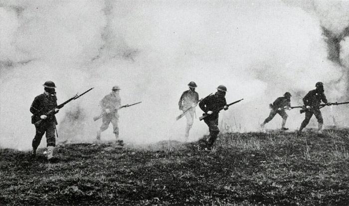 Солдаты, бегущие сквозь отравляющий газ.