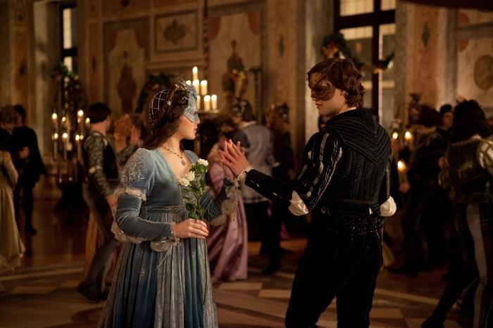 Ромео и Джульетта знакомятся на маскараде, и Ромео при этом отпускает множество непристойных шуток, как и положено в карнавальной культуре. Это было сглажено в советских переводах.