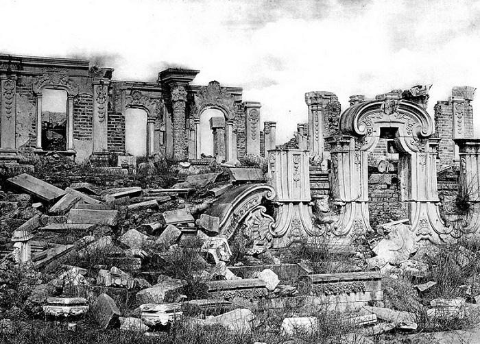 Развалины разрушенного европейцами дворца в Китае сохраняют из принципа.