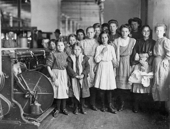 Фабричную карьеру женщины начинали в детском возрасте, но это не заставляло фабрикантов делать цеха безопаснее.