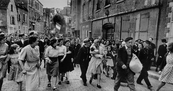 Ни одного нациста в таком виде по улицам французы не гоняли.