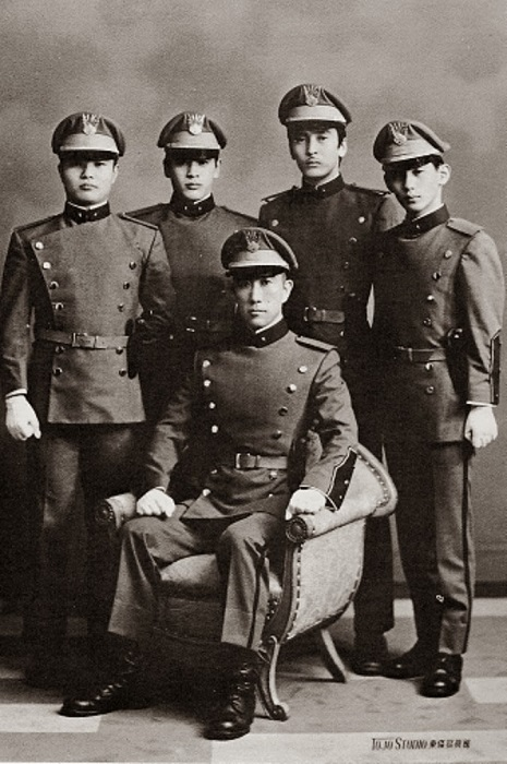 Общество щита. Юкио Мисима в центре.