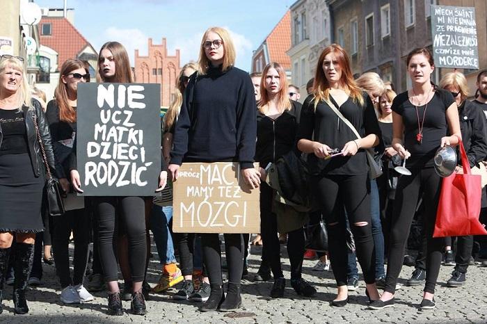 Чёрный протест объединил тысячи женщин Польши.
