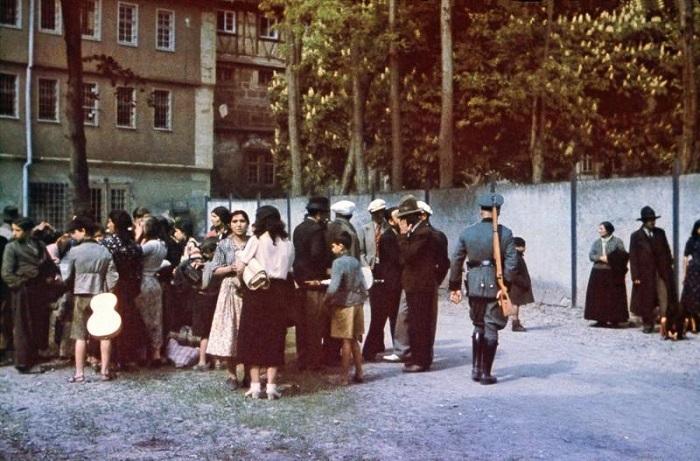 Арестованные цыгане, включая представителей среднего класса, ждут отправки в концлагерь.