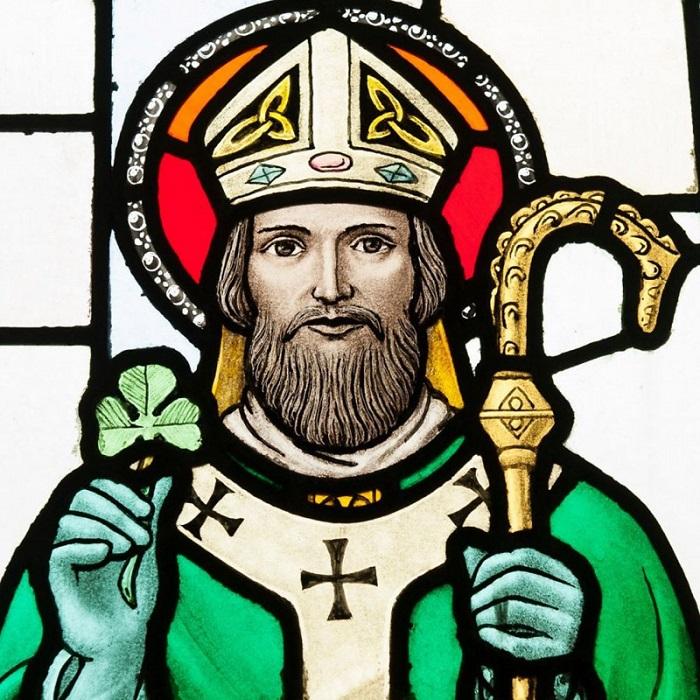 Святой Патрик с трилистником как символом Святой Троицы в руке.