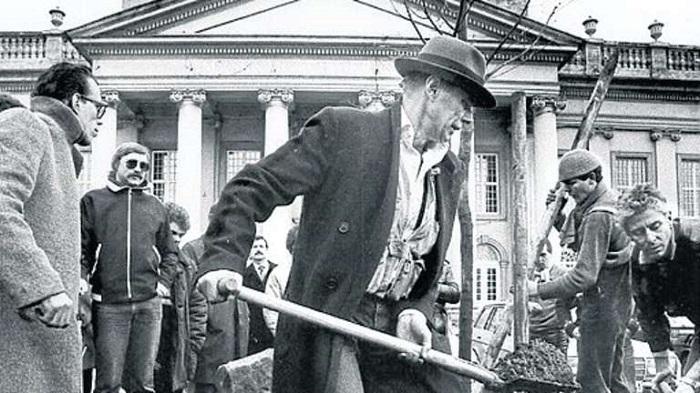 Йозеф Бойс, автор проекта, сажает деревья.