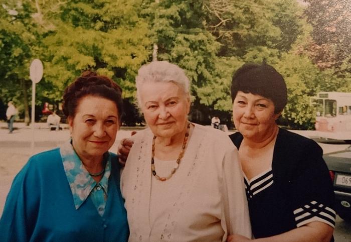 Мария Карповна с коллегами на склоне лет.