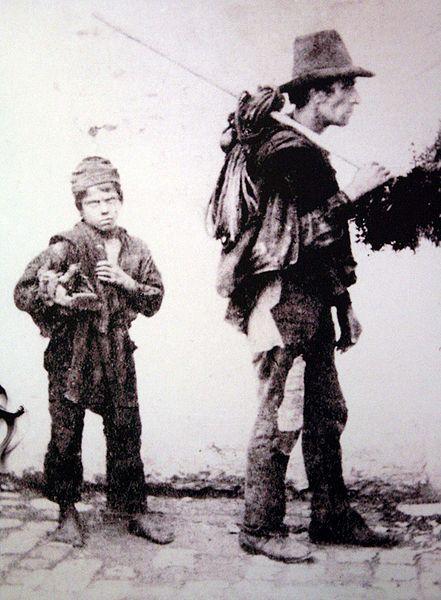 Маленький трубочист со своим хозяином.