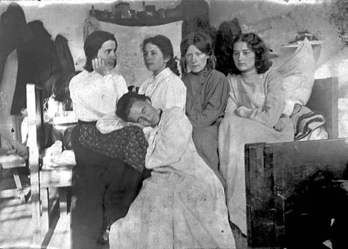 В России женщина часто чувствовала себя увереннее, чем в Европе. А политикой россиянки привыкли интересоваться ещё при императрицах.
