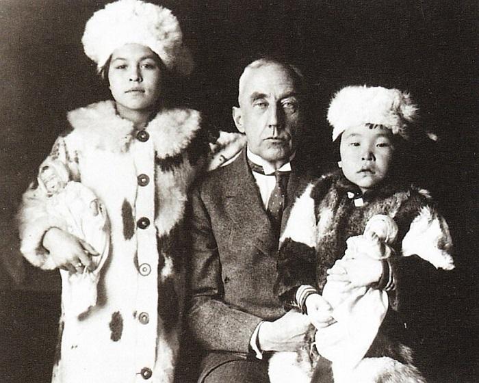 Роальд Амундсен с увезёнными с Чукотки девочками.