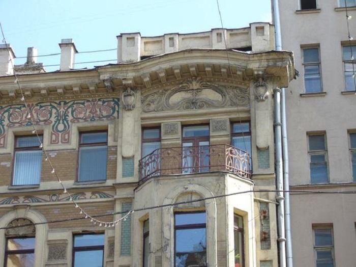 На фризе были изображены подснежники.