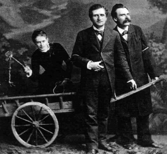В этой фотографии с Реё и Ницше из-за плётки в руках Саломе часто видят сексуальный подтекст. Зигмунд Фрейд, который был лично знаком с Саломе, мог бы сказать кое-что на счёт подобных выводов.