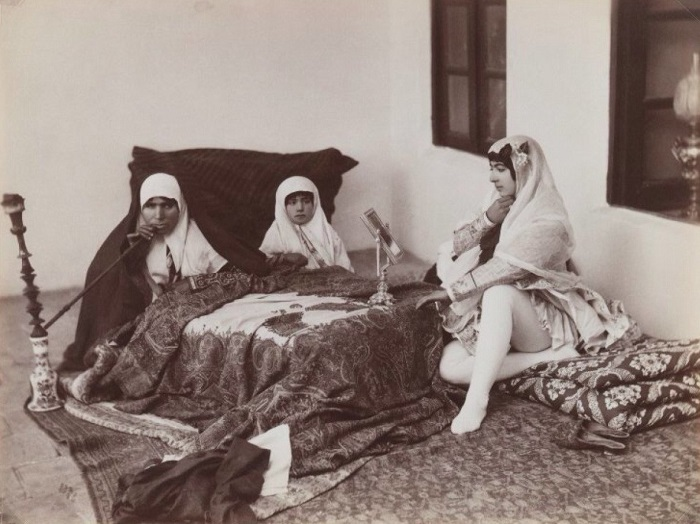 Чтобы разрешить загадку фотографий иранок в пачках и платках, стоит узнать, что думали об этом современники.
