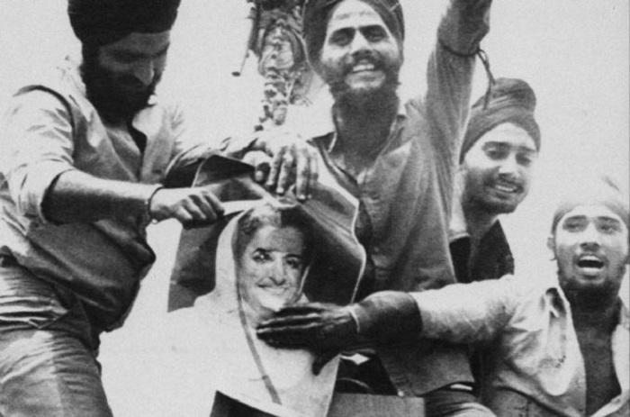 Сикхи ненавидели Индиру после того, как она жестоко подавила их мятеж.