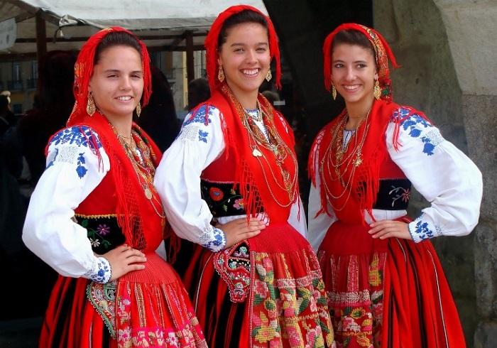 Девушки в португальских костюмах.