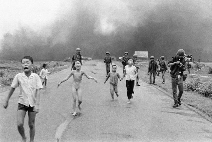 Дети, бегущие после атаки.