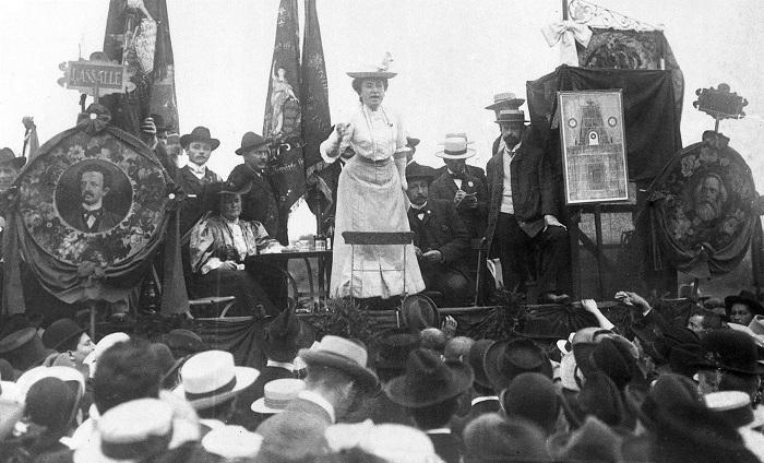Коммунистка и активистка женского равноправия Роза Люксембург выступает на митинге.