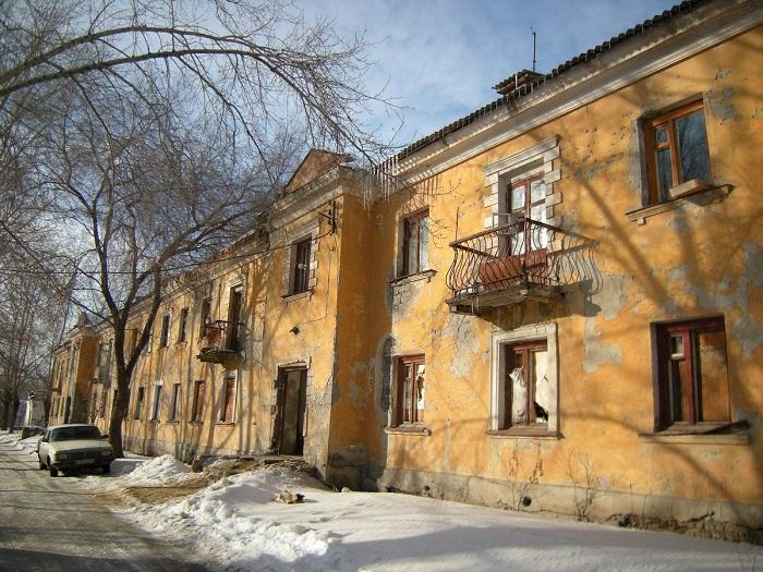 Один из типовых домов с коммунальными квартирами внутри постройки тридцатых годов.