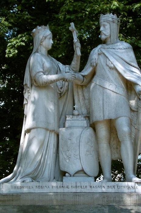 Возможно, создатели памятника что-то имели в виду, разграничив Ядвигу и Ягайло крестом.