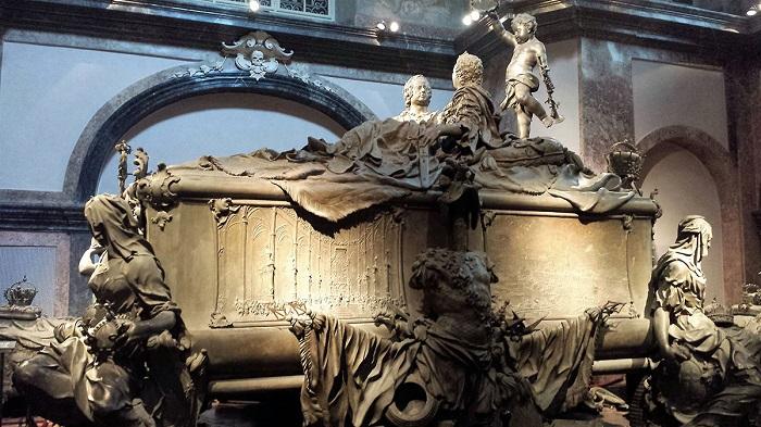 Надгробья могил королей и королев нередко представляют из себя парные скульптуры, но другой такой оригинальной не сыскать.