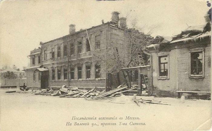 Фотография, показывающая, как пострадала улица с другой стороны от подожжённой типографии.