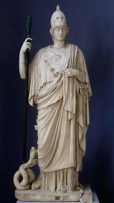Афина со змеем у ноги.