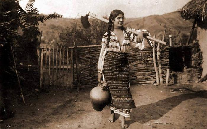 Один из народов Европы — цыгане — стали стыдиться глубоко показывать грудь только в двадцатом веке под влиянием соседних народов. Цыганская крестьянка из Румынии, фотография конца XIX века.