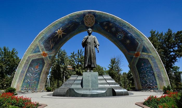 Памятник Рудаки.