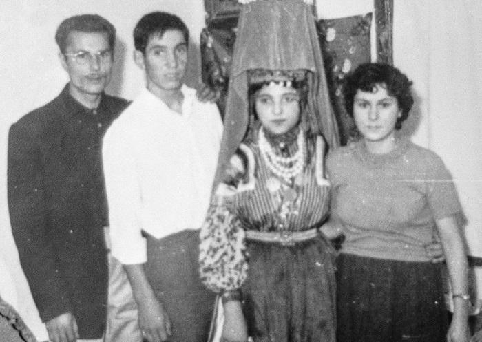 Свадебная фотография советских времён. На невесте - рогатая кичка, к которой крепится фата.