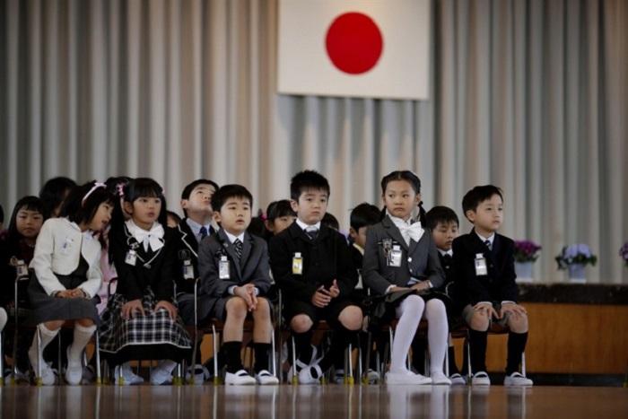 Японский гимн исполняют в разных ситуациях, в школах тоже.