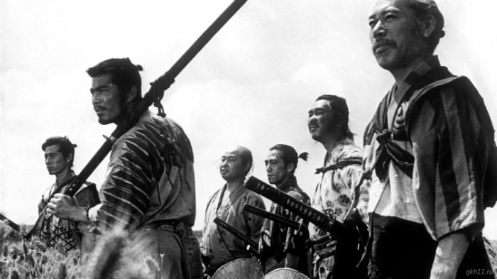 Семёрка ронинов защищает деревню от бандитов.