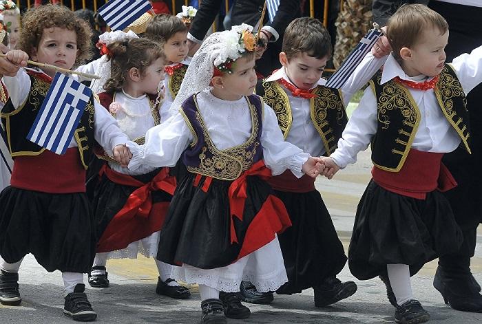 Греки воспевают не страну, а свободу.