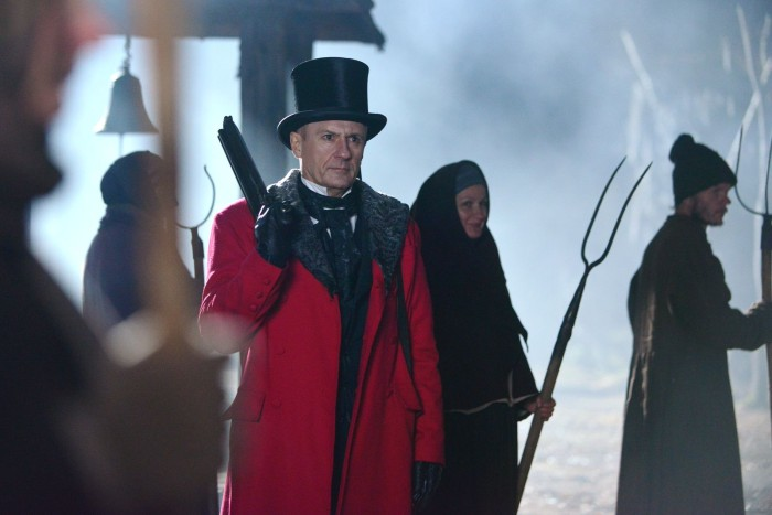 Гуро ходит в ярко-красном пальто.