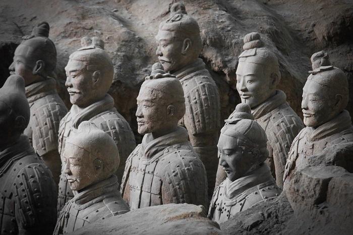 Уникальность терракотовой армии ещё и в том, что каждая статуя — скульптурный портрет конкретного человека. Это самый крупный массовый скульптурный портрет в истории.