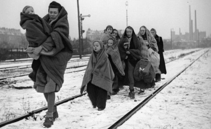 Немцам, которых гнали к границе, часто не разрешали в пути останавливаться. Не все выдерживали такой забег.