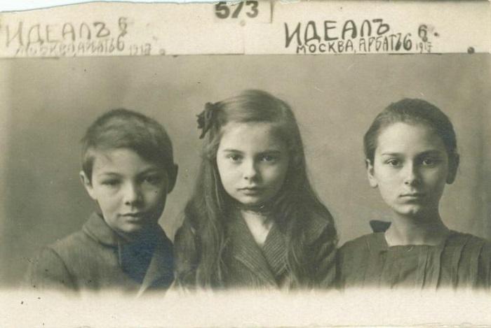 Ариадна с младшими братом и сестрой.