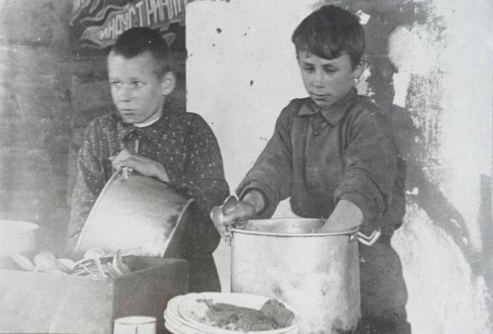 Мыть посуду на кухне кабака или большого господского дома было не тем же самым, что подежурить по лагерной или школьной столовой.