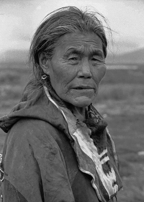 Женщина-шаман. Шаманы помогали чукчам говорить с духами предков.