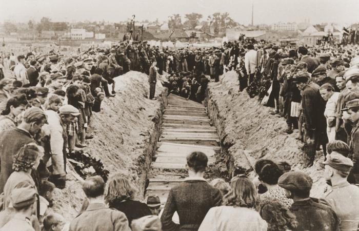 Похороны после погромов в Кельце.