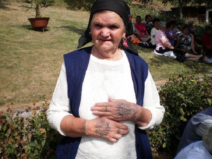 Женщины с традиционными татуировками всё ещё встречаются на Балканах.