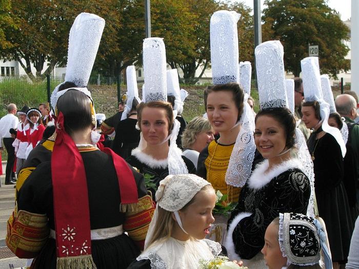 Не мультикультурные страны: точно не Япония, не Франция и не Польша. Женщины в бретонском народном костюме.