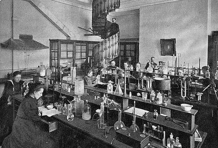 В России девушки смогли посещать занятия в лабораториях только после того, как Лермонтова и Ковалевская проложили им путь.