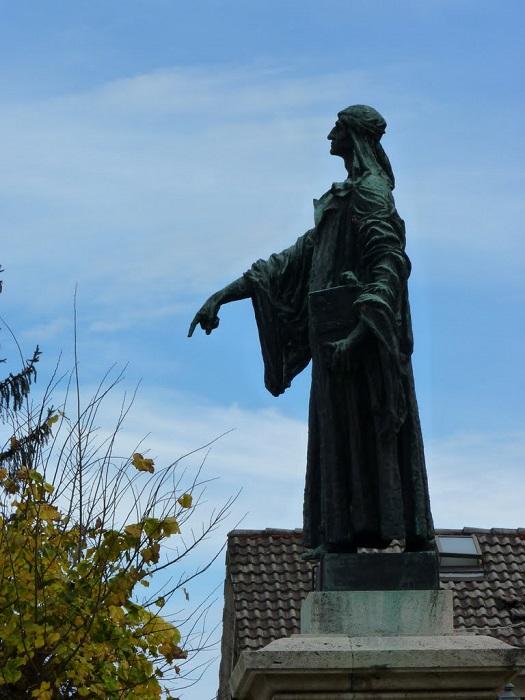 Памятник Чекко д Асколи.