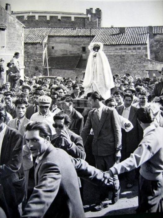Шествие со статуей Сары Ла Кали. Фотография кочевого цыгана-проповедника Матео Максимова.