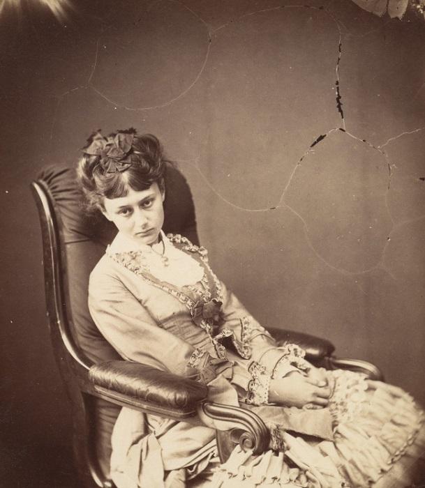 Последняя фотографии Алисы от Кэрролла, сделанная, когда миссис и мисс Лидделлы зашли к нему в гости.