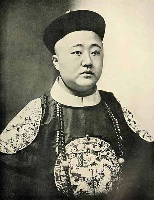 Юный император Тунчжи.