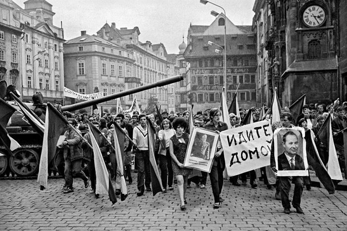 Протест во время ввода войск, Чехословакия.