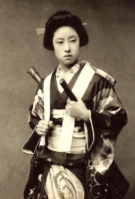 Девушка из сословия самураев, позирующая в костюме онна-бугейся.