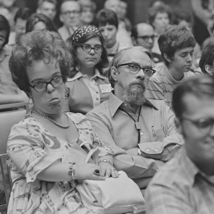 Джуди-Линн и Лестер были друзьями, возлюбленными и, главное, соратниками. Лестер сидит по левую руку от Джуди-Линн.