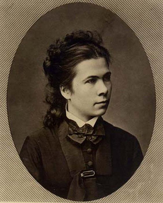 Суслова не просто горела наукой, она уже в девятнадцать проводила собственные исследования по физиологии.